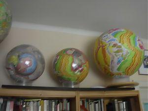 Globen-Sammlung von Klaus Vogel. Links die Erde von vor zwei Mrd. Jahren in der Erde von heute.