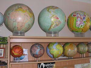 Kleine und große Globen im Arbeitszimmer von Klaus Vogel